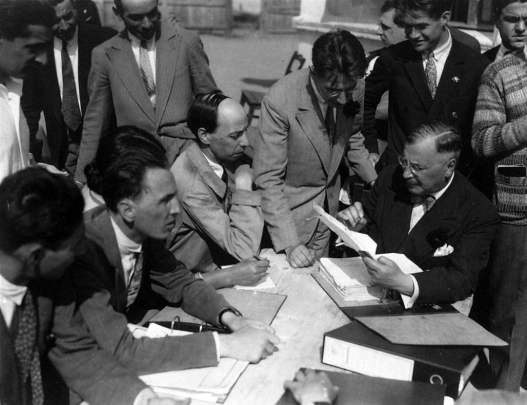 Consfătuirea conducerii monografiei (1929). De la stânga la dreapta, aşezaţi la masă: H.H. Stahl, Constantin Brăiloiu, D. Gusti. În picioare: Ernest Bernea şi Traian Herseni